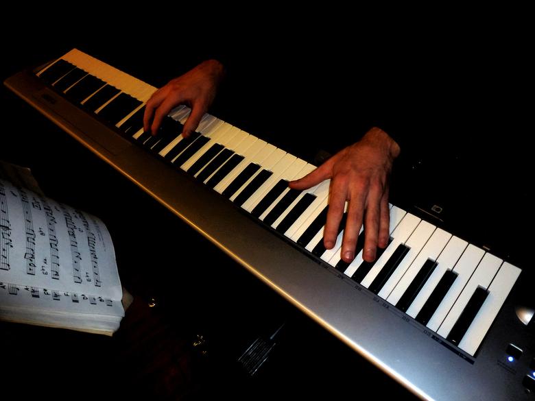 Ghostal tunes - Pianist tijdens een receptie. Met meer donkere kleuren heb ik geprobeerd een sfeerbeeld te maken alsof spookhanden een muziekstuk late