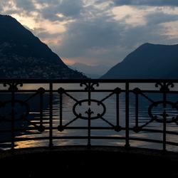 Een hek langs het Meer van Lugano