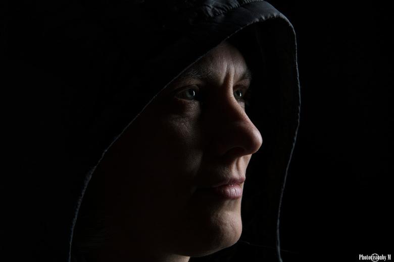 assassins creed - Gister de studio in geweest bij de FVS.<br /> Mijn eerste low key foto (in kleur).<br /> Vond hem in zwart wit wat minder sterk.<b