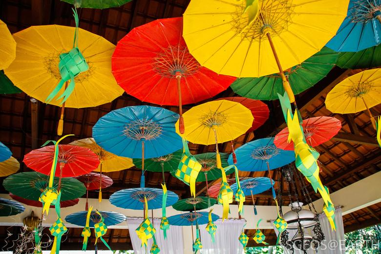 Colorful design at Taman Indie - Mooie decoratie met kleurige paraplu's aan het plafond bevestigd. Genomen in Oost Java bij het Taman Indie resta