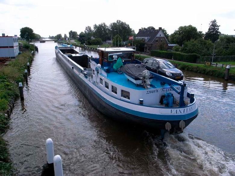 Binnenvaart - Binnenvaartschip op een van de vele Nederlandse waterwegen