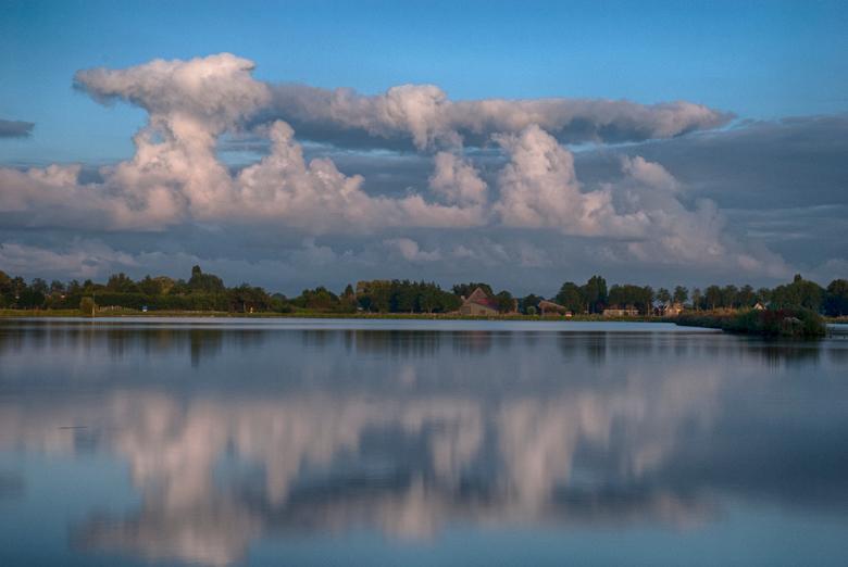 Wolken in het water - Wolken reflectie in het water tijden een nederlandse zomer.