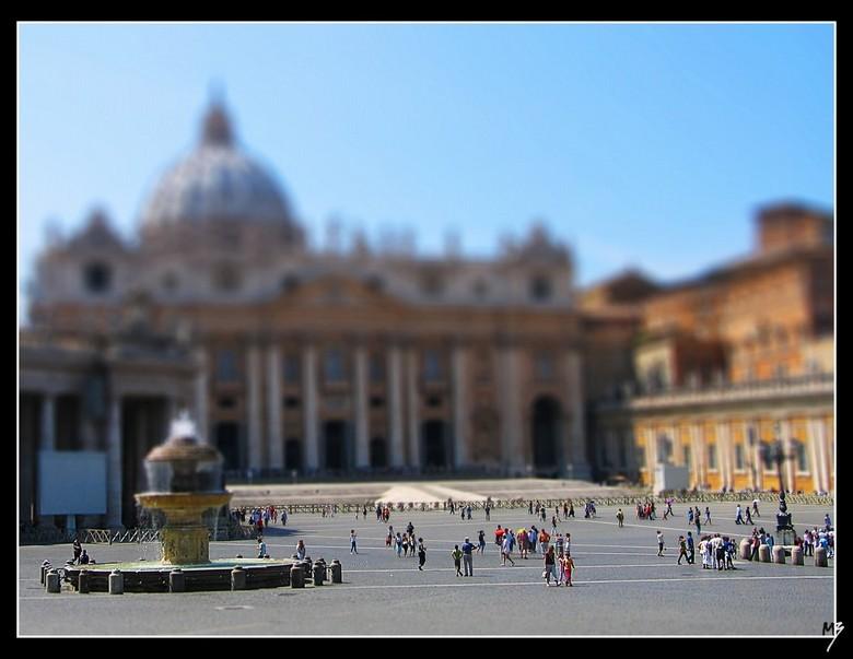 Sint Pieter Rome - Een bewerking van een foto van een Canon G5. Ik heb 'm bewerkt in Photoshop zodat het lijkt alsof het een tilt-shift objectief