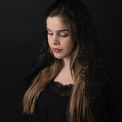 Jonge vrouw in het zwart