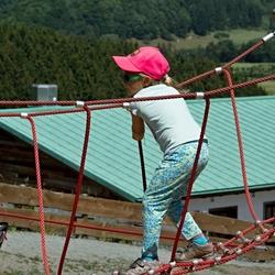 Meisje op een touwbrug.