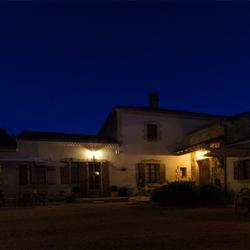 """een avond foto van een gedeelte van het """"Domaine les Pins"""" in Frankrijk"""