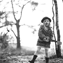 Het ukulele-meisje in de bossen