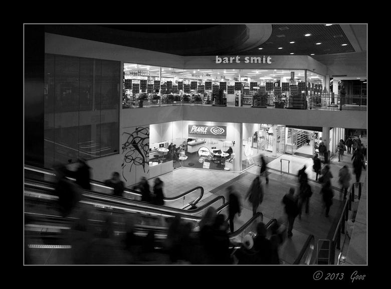 Utrecht 36 - Winkelcentrum Hoog Catharijne bij de roltrappen.<br /> Probeersel: Beweging