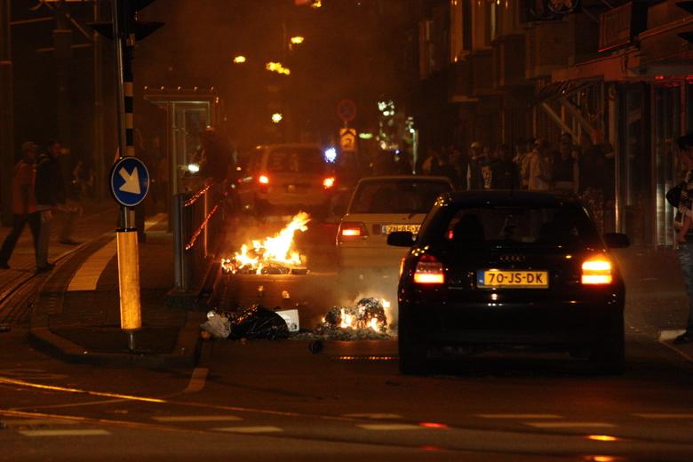 Brandjes in het Laakkwartier - EK 2008, mensen waren weer lekker aan het rellen na NL-RO 2-0.<br /> <br /> Gebeurt allemaal voor m&#039;n deur dus e