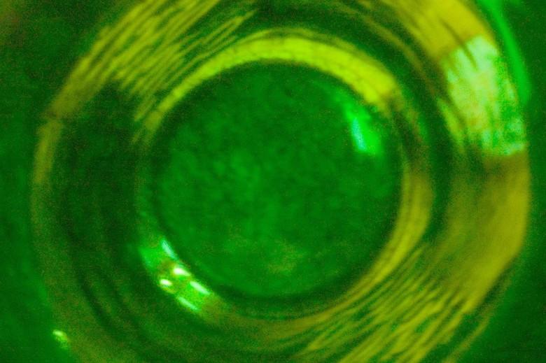 Helaas, op! - De binnenkant van een bierflesje, gemaakt met een pinhole.