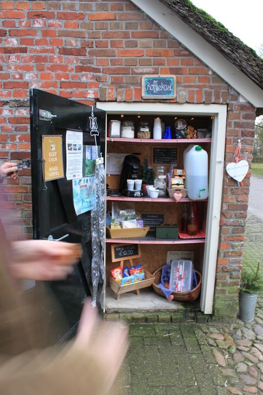 Koffiekast - Tijdens een wandeling in oud Avereest kwamen we deze koffiekast tegen. Aan de zijkant van een boerderij hadden ze die gemaakt. Heerlijk e