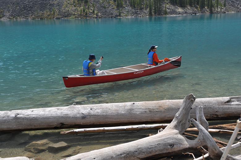 Varen of zweven.jpg - Het lijkt alsof de kano net boven het water zweeft
