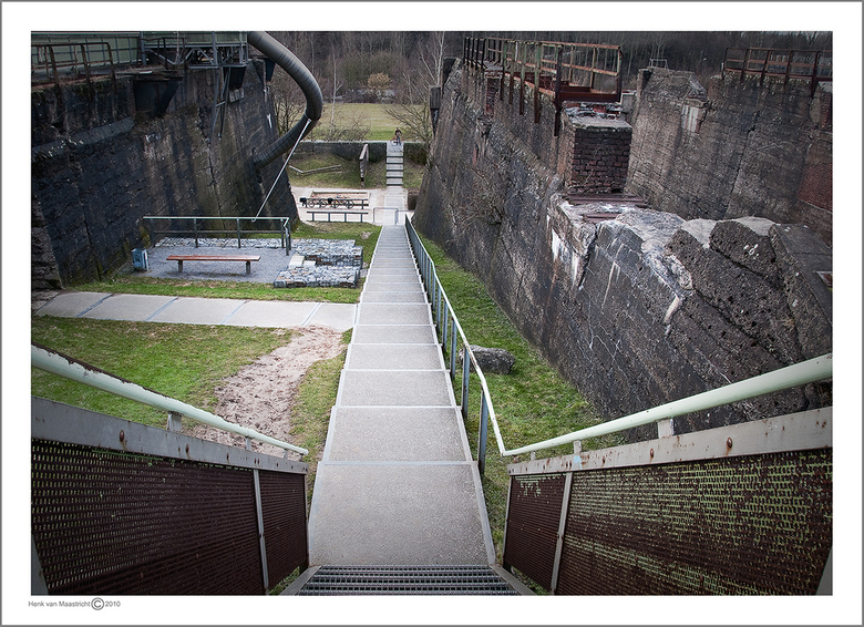 Duisburg 57 - Wat zal het worden Histogram of foto<br /> Ook op het park die pijp achter is een kinderglijbaan komt uit aan de andere kant.