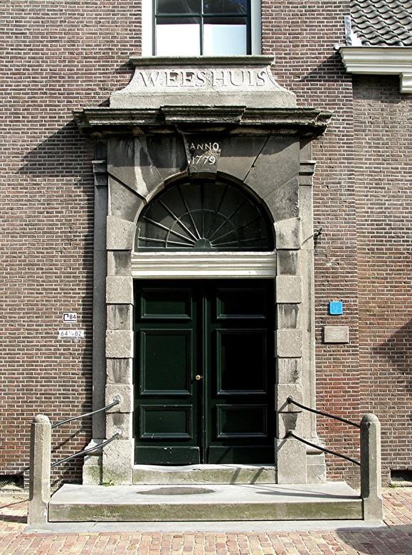 OUDE WEESHUIS IN SCHIEDAM - Oude Weeshuis in Schiedam Anno 1779. Wordt niet meer als weeshuis gebruikt. Wel vroeger voor de armste onder de armen van