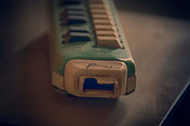 Nostalgisch instrumentje - ergens in een vergeten hoekje....wie zou erop gespeeld hebben?