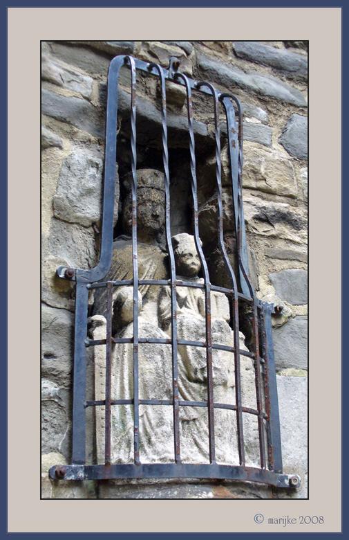 levenslang - Toen ik dit oude beeld zag 'zitten' in de muur op de binnenplaats van de St. Servaaskerk in Maastricht dacht ik: je zult maar j