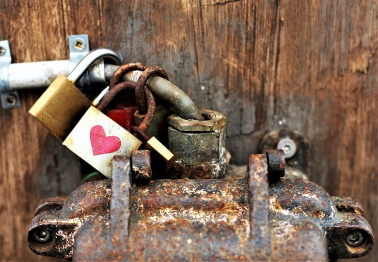 Oude liefde roest niet - Oude liefde roest niet ... alhoewel. Slotjes aangebracht op een hele oude verdeelkast op de kop van de haven van Volendam.<br