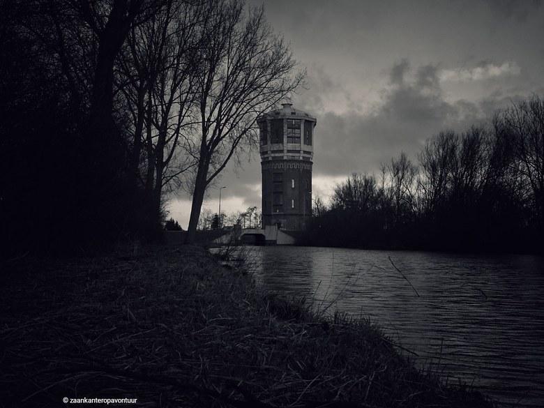 Watertoren Assendelft - De watertoren van Assendelft vlak voor er een bui neerkwam. Mooi sinister zo.