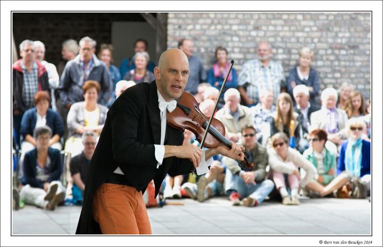 Limburg Festival 2  - Vandaag op het programma onder meer een optreden van de Engelse muzikale clown Sid Bowfin. Grandioos optreden. zie ook www.sidbo