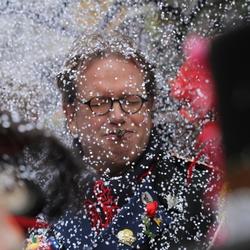 Confettisneeuw tijdens halfvastenoptocht