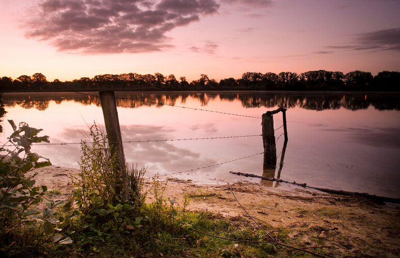 Kalme ochtend - een windstille ochtend tijdens zonsopkomst bij een brabantsven.<br /> groeten, bert