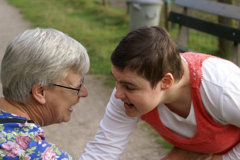 Vrolijk - Moeder met dochter (rett syndroom), hebben geen woorden nodig om te communiceren. Een blik zegt genoeg voor deze twee dames