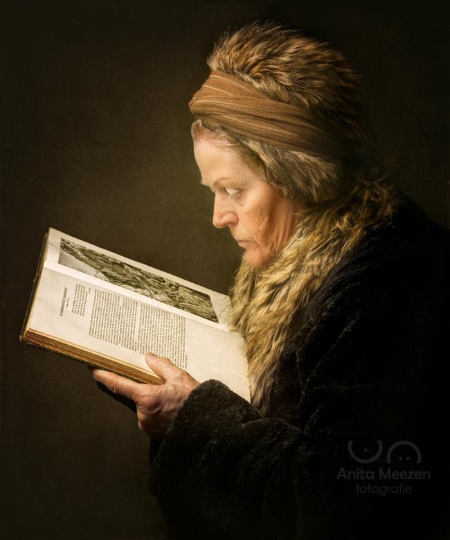 De Lezende Vrouw - Geinspireerd door het schilderij van Gerard Dou - De Lezende Vrouw, heb ik mijn schoonmoeder gevraagd om model te staan voor mijn f