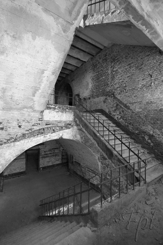 trappen huis - in een verlaten gebouw,