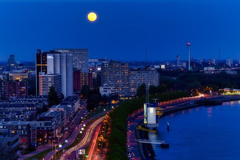 Volle maan boven Rotterdam - Prachtige volle maan boven Rotterdam