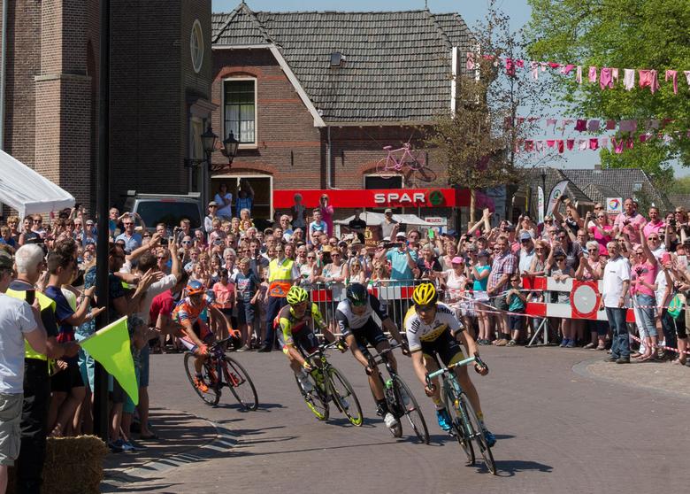 Maarten Tjallingii op kop bij doorkomst Giro  in Hummelo UA - Doorkomst van de Giro in Gelderland door Hummelo met Maarten Tjallingii op kop