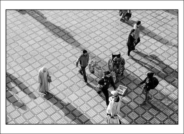 in de pas - tegenstellingen op de markt in Marrakesh