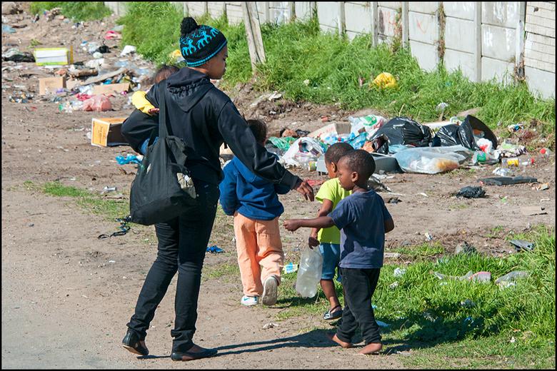 South-Africa 109 - Wanneer je langs de Townhips in Zuid-Afrika komt, zie je pas hoe slecht het er verdeelt is. De huidige regering maakt er een zooitj