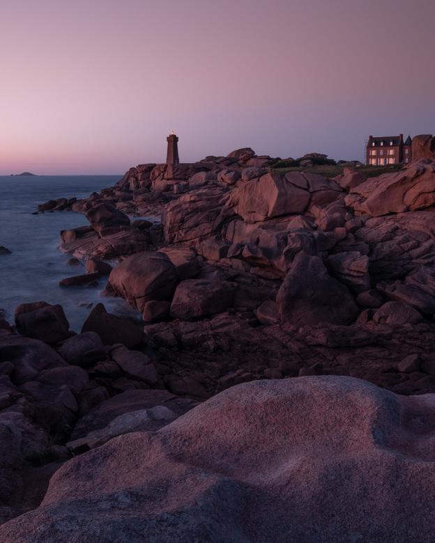 Vuurtoren van Ploumanac'h, Bretagne - De vuurtoren van Ploumanac'h aan de roze granietkust van Bretagne tijdens het blauwe uurtje. Geschoten in J