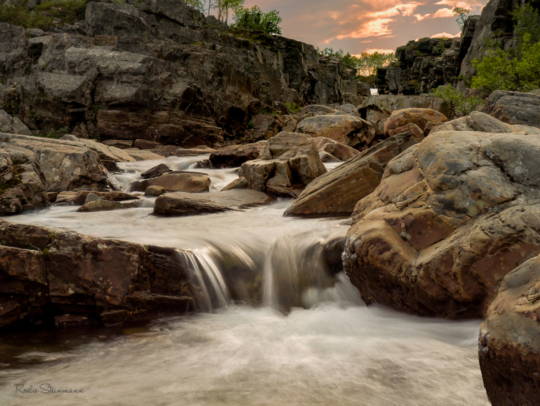 Running water - Tijdens onze wandelingen in lapland moesten we regelmatig riviertjes oversteken. Soms was er een hangbrug aanwezig, maar veel vaker ko