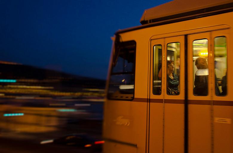 Zoooofffffff - In Boedapest op de boulevard aan de Donau. Hier passeert tramlijn nr. 2, een ouderwets trammetje. De foto is meegetrokken om een bewegi