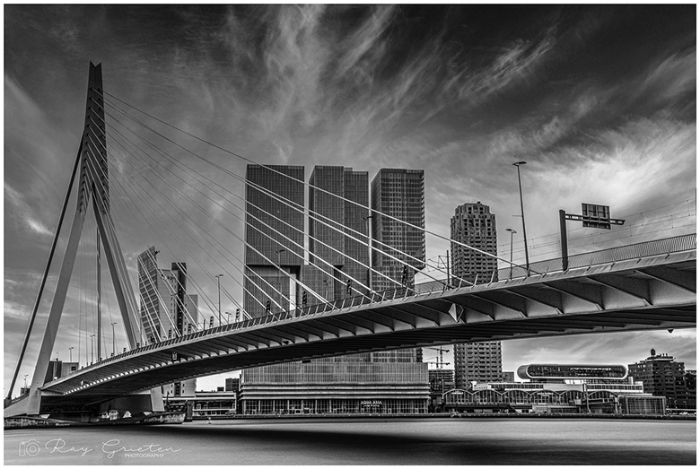 Erasmusbrug over de Nieuwe Maas - Het blijft een prachtige brug om te fotograferen.<br /> De Erasmusbrug over de Nieuwe Maas in het centrum van Rotte