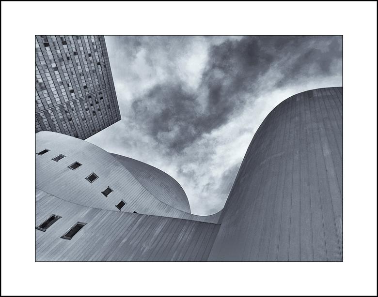 Schauspielhaus - Het Düsseldorfer Schauspielhaus ....... omgezet in z/w, omdat het gebouw grijs/wit is en de lucht die dag wit/grijs was.......prettig