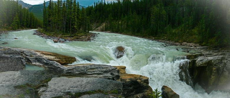 Sunwapta falls Jasper - Sunwapta falls in Canada ligt vlak bij de mooiste snelweg ter wereld, Highway 93, de weg tussen Banff en Jasper in de Rocky Mo