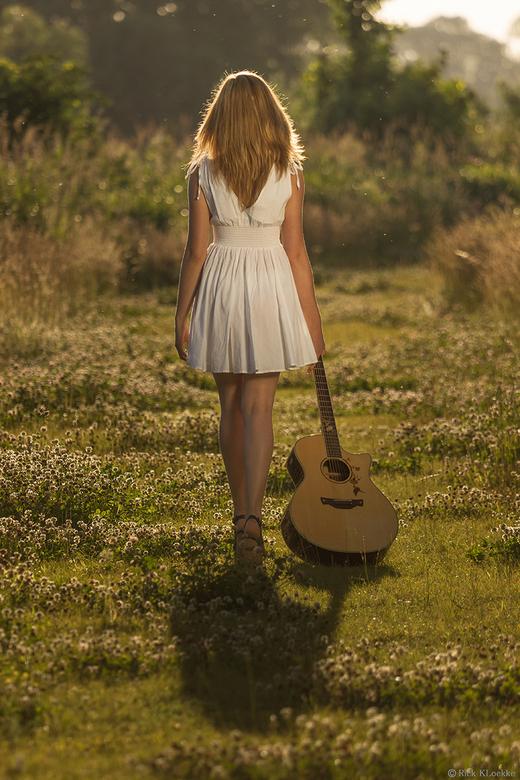 Girl and her guitar... - Veel goede reacties op deze foto gehad, dus plaats 'm  hier ook nog maar even! Hoor graag wat jullie er van vinden! Ik v