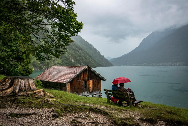 Stel bij Achensee - Dit jaar o.a. naar Oostenrijk geweest.<br /> Toen we even onder een boom moeten schuilen voor een bui deed dit tafereeltje zich v