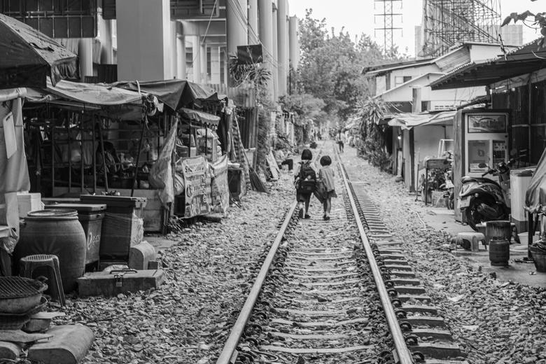 Schoolkinderen lopen naar huis in Bangkok - Schoolkinderen in Bangkok lopen naar huis.