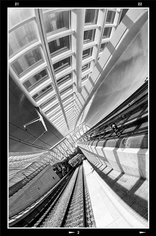Fast lines 12 - Bij een station is het allemaal te doen om vervoer en dan zo snel mogelijk. De toegepaste architectuur, met haar snelle lijnen en ritm