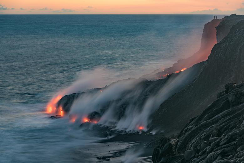 Getuigenis - Aan de rand van het eiland Hawaï, kust de Kīlauea vulkaan de oceaan. Aan de rand staren twee mensen naar de geboorte van de nieuwe aarde.