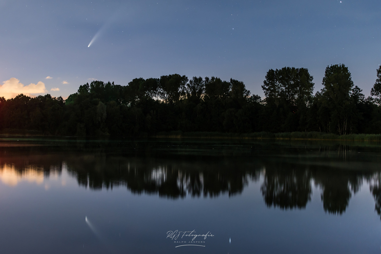 NEOWISE boven meer -