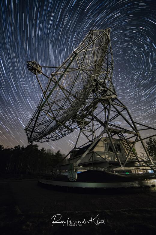 Startrails Dwingeloo Radiotelescoop - Vorige week deze pracht van een plaat gemaakt. Dit zijn in totaal 80 fotos die om de 25 seconden achter elkaar a