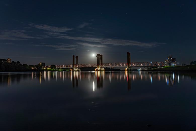 Spijkenissebrug bij volle maan - spijkenissebrug bij ideale omstandigheden, volle maan en compleet windstil