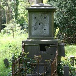 Vervallen grafmonument