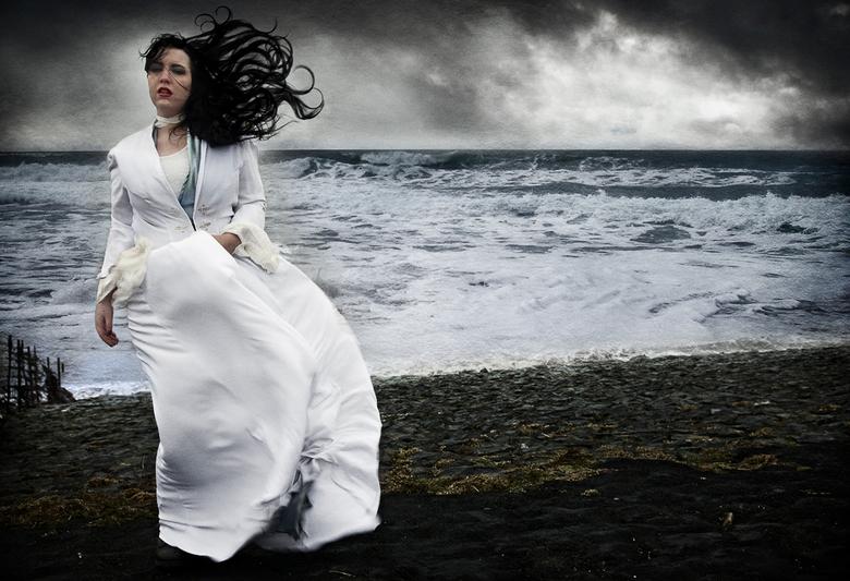 Aan de Waddenzee - Model: Darklings Doll<br /> <br /> Waardering voor het model om met windkracht 8 á 9 te poseren in een dunne mantel!<br /> De fo