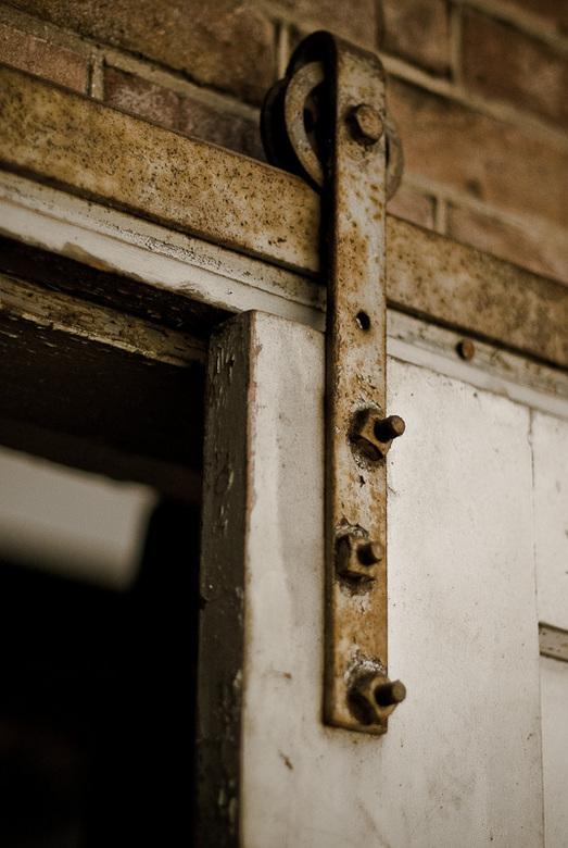 Detail van schuifdeur in oude verlaten fabriek