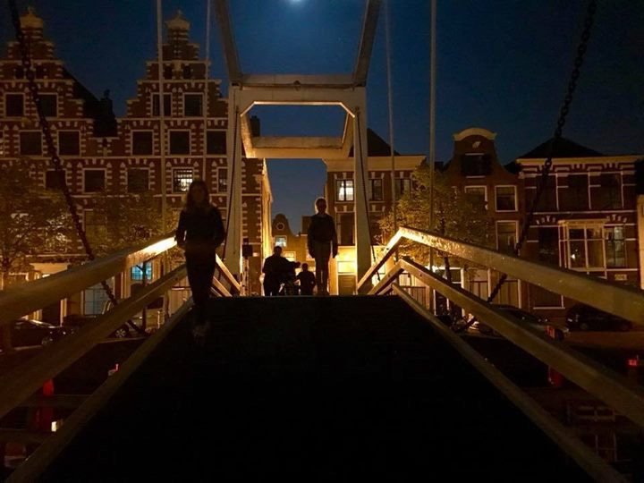 HAARLEM bij nacht - De ophaalbrug aan de Spaarne in Haarlem. Het Spaarne is de benaming voor de straat in de binnenstad van de Nederlandse stad Haarle